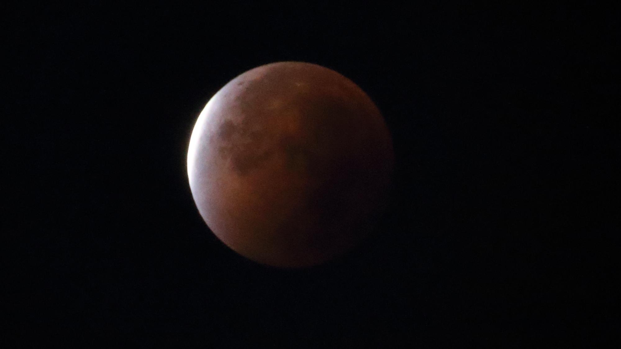 Mondfinsternis vom 28. September 2015, kurz nach Ende der totalen Finsternis (eigenes Foto)