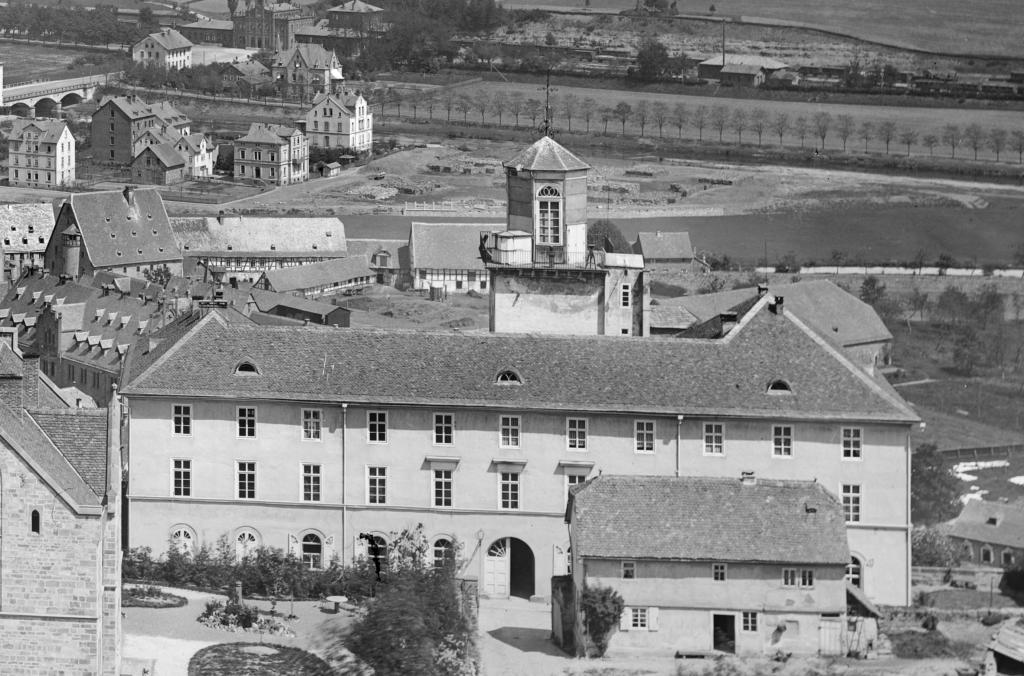 Das Mathematisch-Physikalische Institut am Renthof, 1880, Turm mit der Sternwarte hinter dem Institutsgebäude. (Foto: Bildarchiv Foto Marburg. Fotograf: Ludwig Bickell).