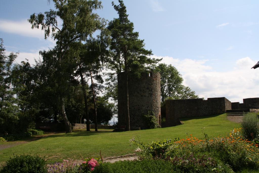 Blick vom Platz auf der Burgruine in Richtung Taufstein